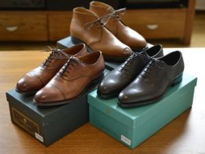 箱の上に乗った靴が3足