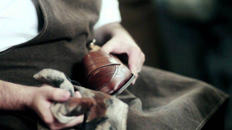 靴を磨いている人