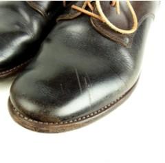 つま先に傷がある靴