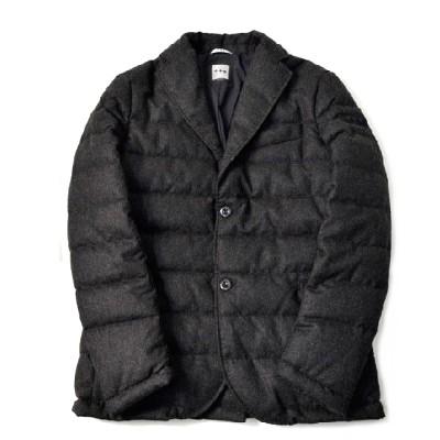 テーラードジャケットのようなラペル付きのダウンジャケット