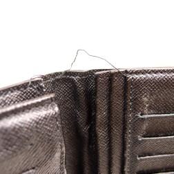 糸がほつれた財布の画像