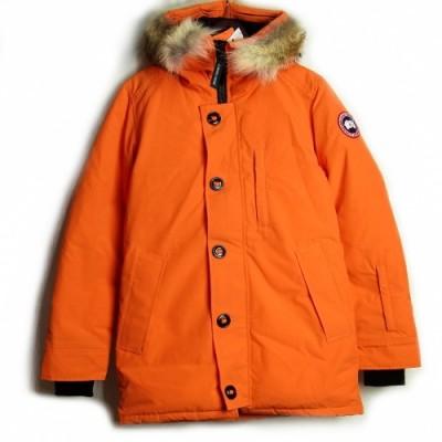 ファーがついたオレンジのダウンジャケット