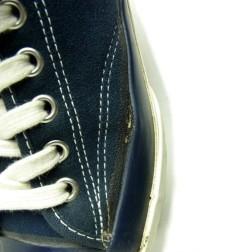 スニーカーの横が剥がれている画像