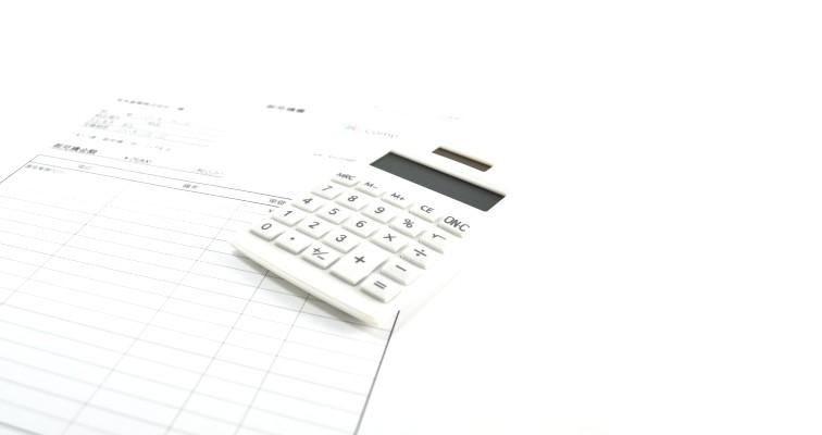 電卓と見積書の画像