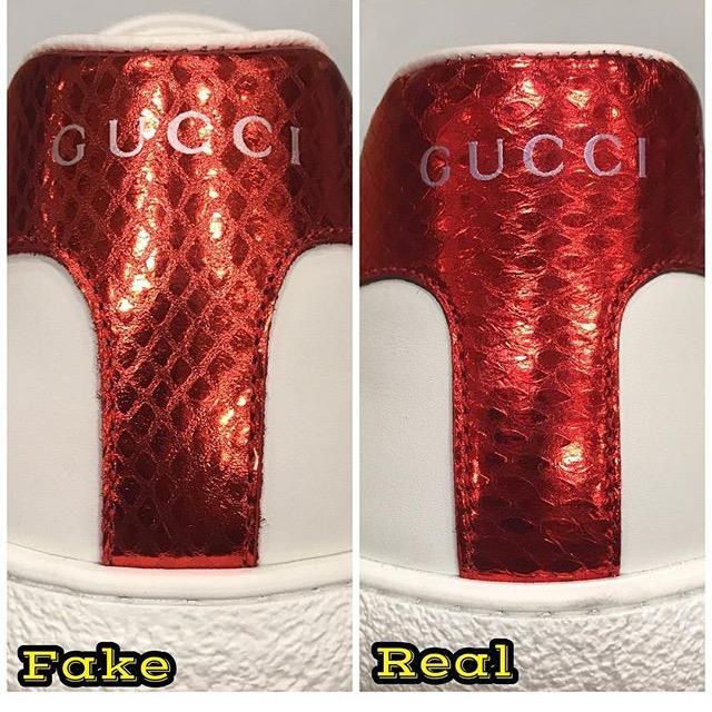 これはスニーカーの後ろを比べた写真ですが、左が偽物で右が本物です。